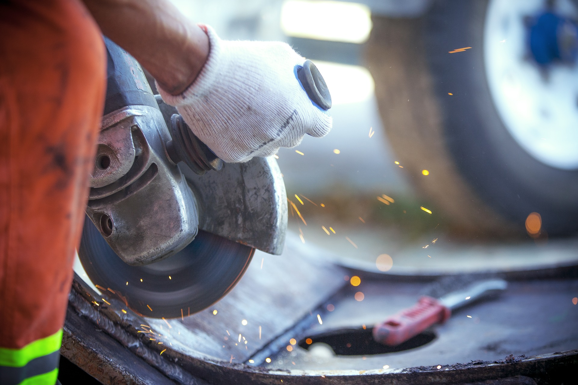 Mann Mit Werkzeug Beim Reparieren Eines Autos Germania Inkasso Forderungsmanagement