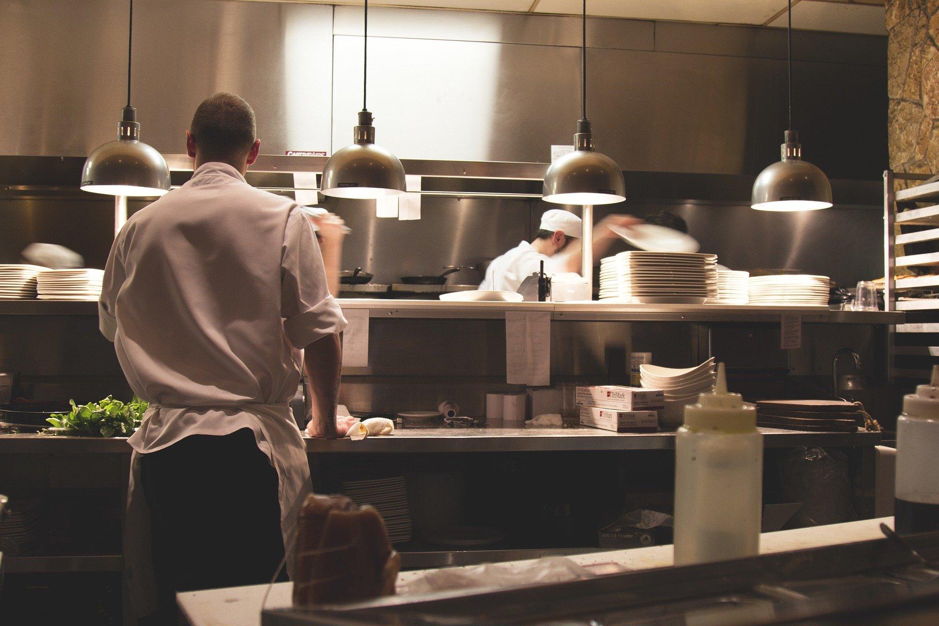Köche In Einer Restaurantküche Germania Inkasso Inkasso In Der Gastronomie