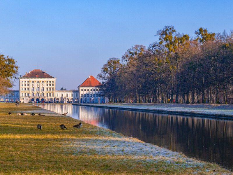 Aussicht Von See Auf Schloss In München Germania Inkasso
