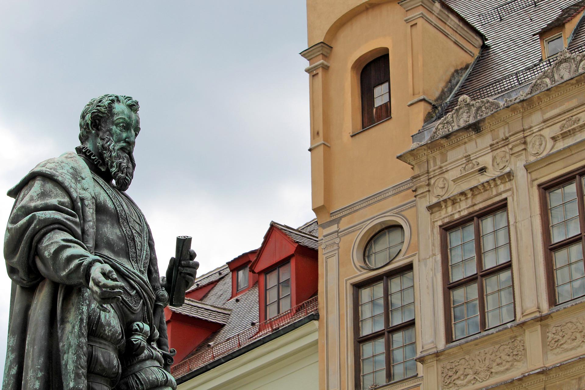 Statue In Der Fuggerei In Augsburg