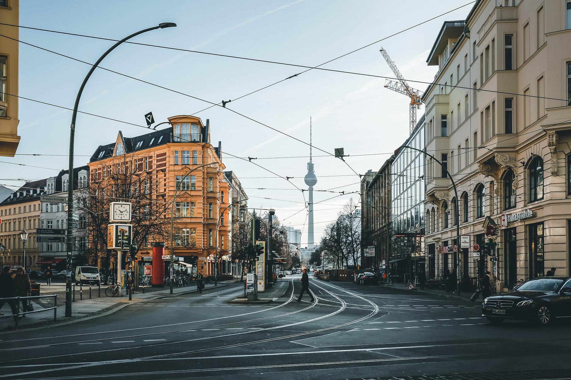 Fernsehturm Und Straßen Mit öffentlichen Verkehrsmitteln In Berlin