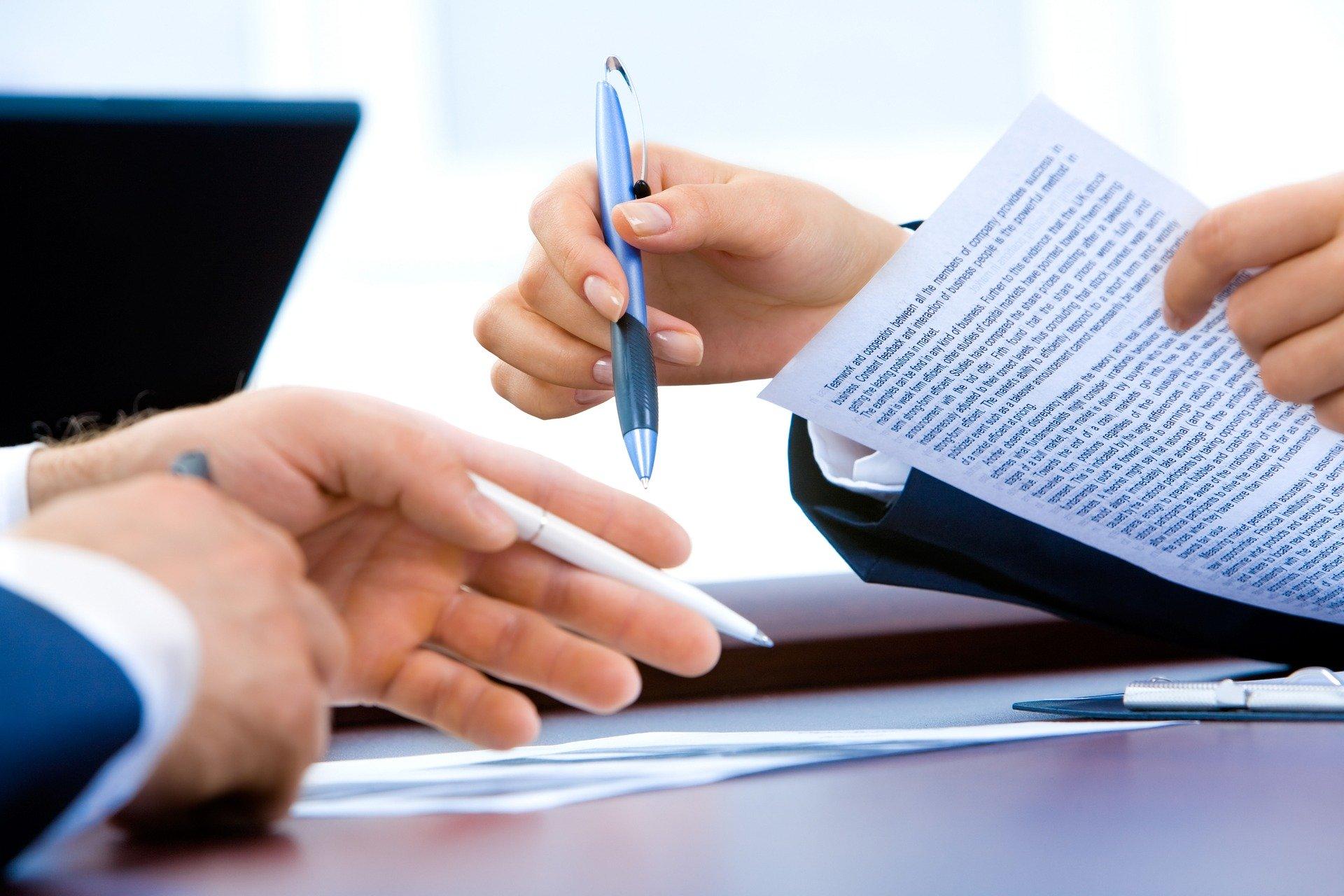 Frau Und Mann Beim Arbeiten Mit Dokumenten Auf Einem Tisch